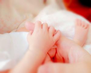 生まれたてのうちの息子と私の手の写真
